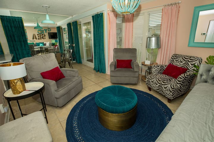 Colorful & Cozy 1 Bedroom on Golf Course