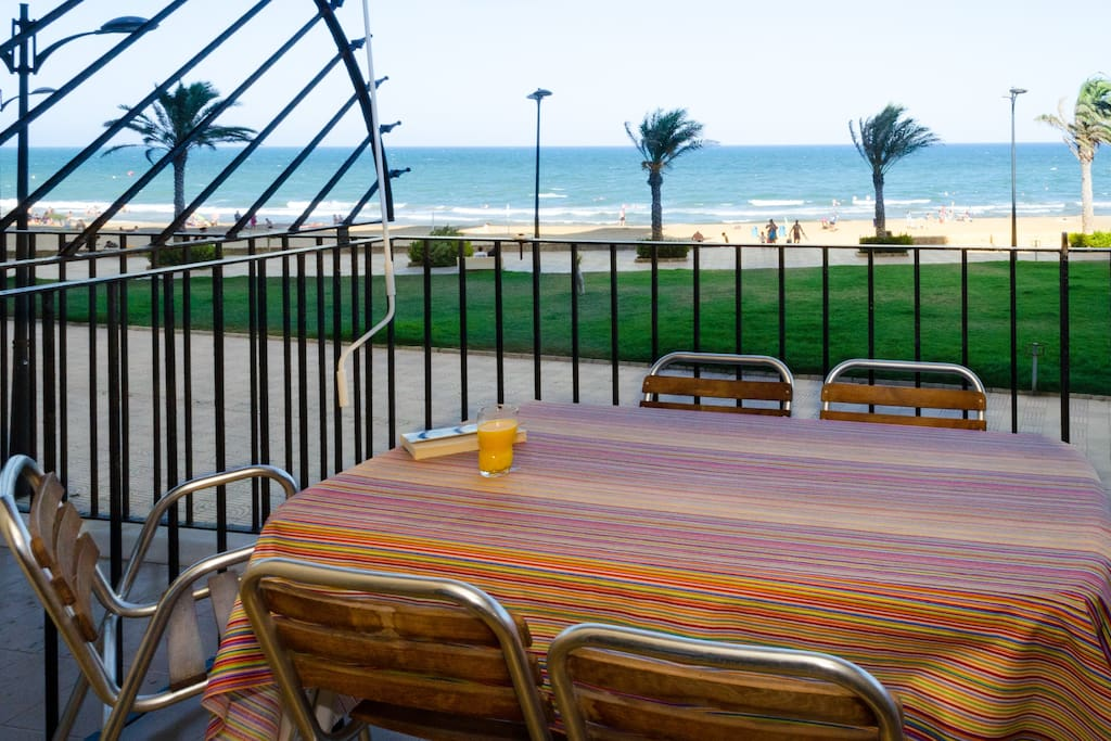 Terraza equipada con mesa y sillas. Terrace equipped with table and chairs.