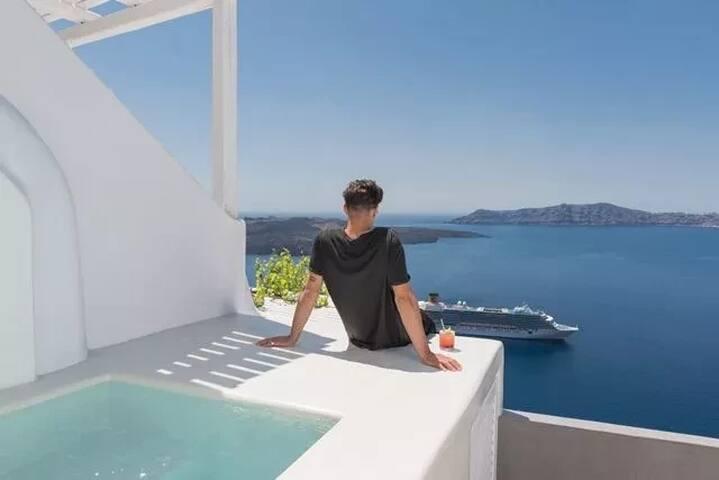Honeymoon Suite | Outdoor Jacuzzi & Volcano View