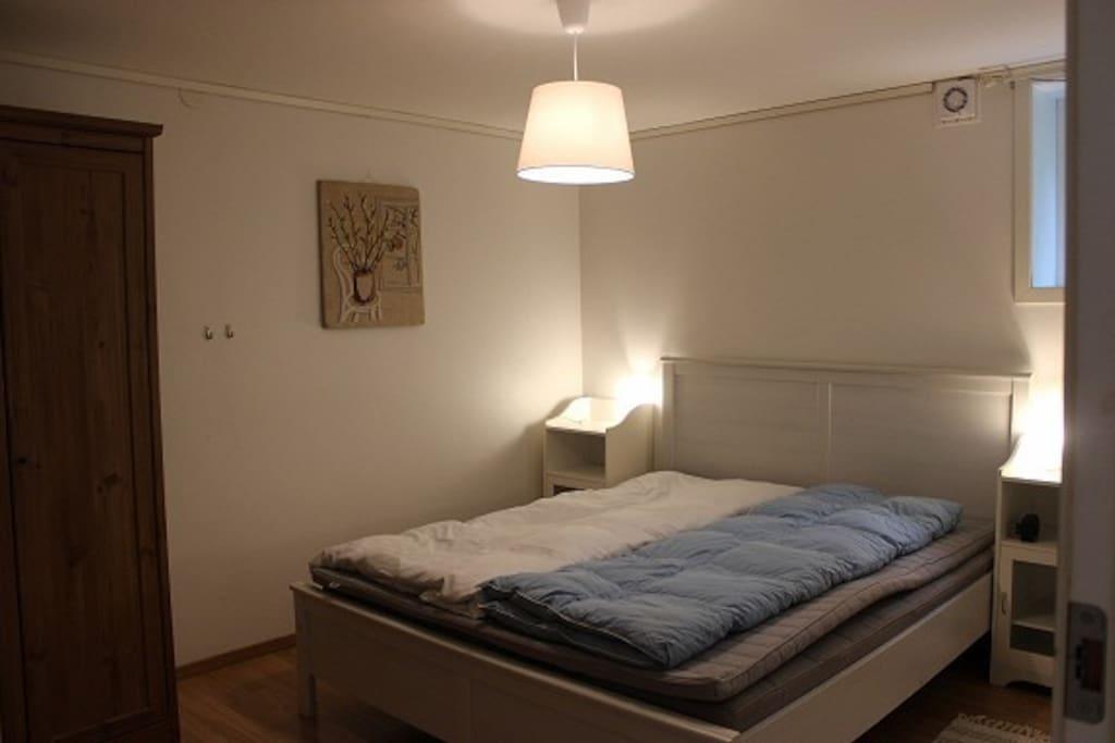 Bedroom w/double bed