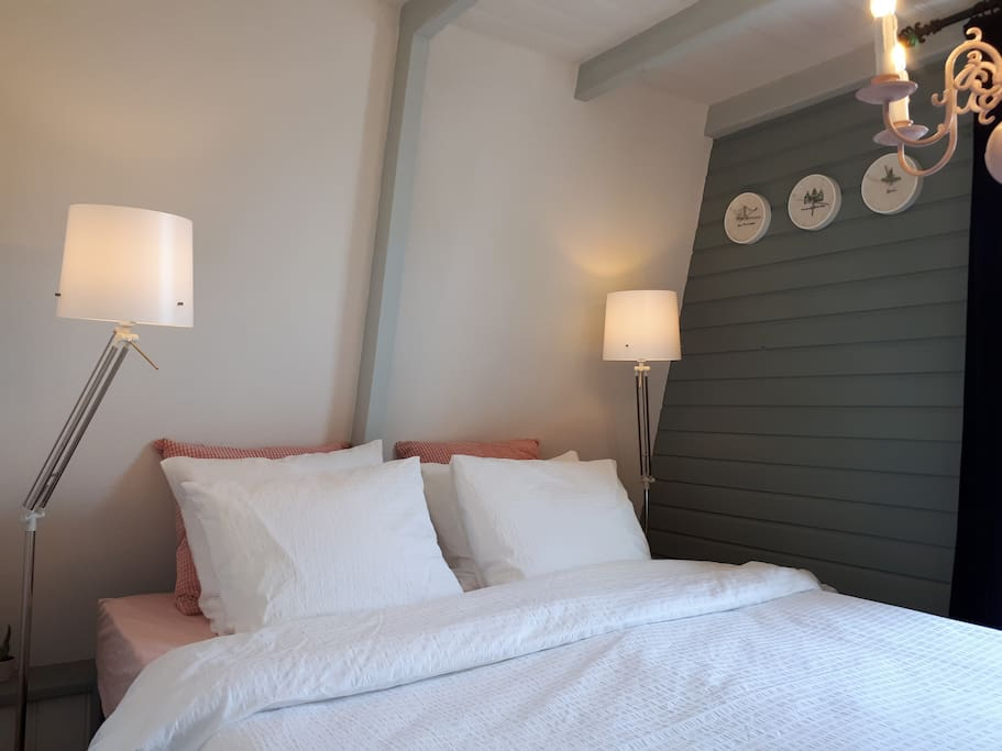 The cozy bedroom has a double bed (1,80 x 2,00). There are 2 soft pillows, 2 hard pillows and 2 firm pillows (in case you'd like to read in bed). The pillows are filled with feathers.