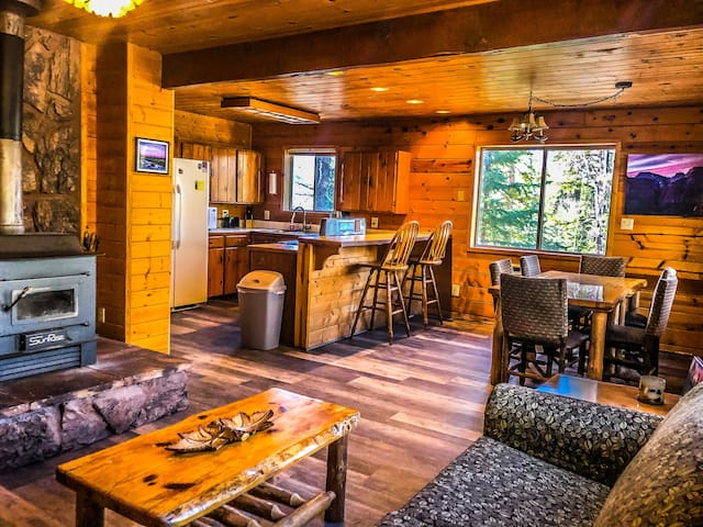 Pioneer Lodge  |  PET-FRIENDLY  |  Duck Creek