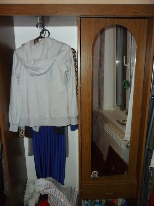 В Вашей комнате - шкаф с зеркалом