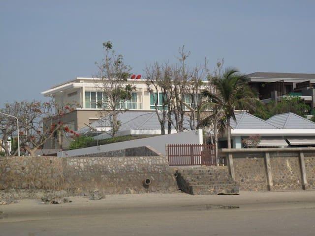 Beautiful apartment beachfront with pooland garden