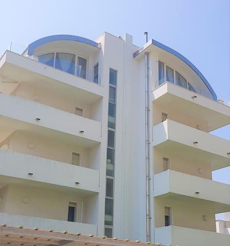 Deluxe-leilighet ved siden av havet med parkering