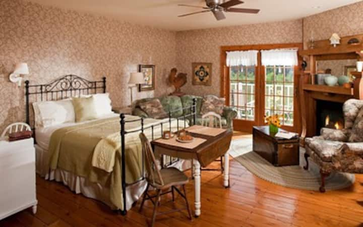 Chanticleer Guest House-Sunflower Room
