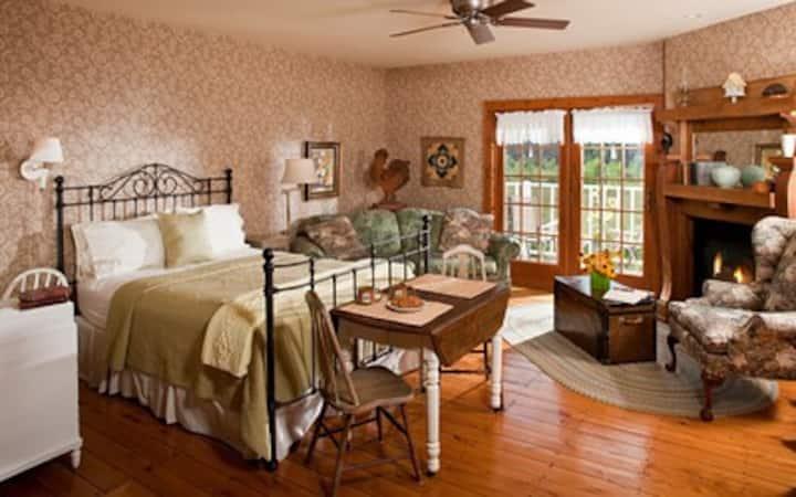 Chanticleer Guest House-Sunflower Room
