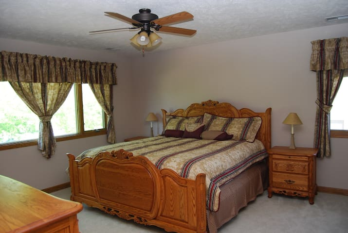 Comfortable room with living area in Elkhorn - Omaha - Huis