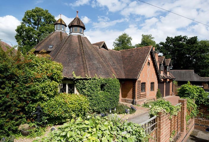 Impressive Grade II Listed house - Leigh - House