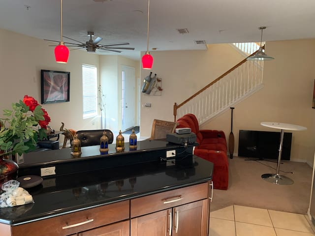 Great 4 Bedroom townhome 6 minutes universal