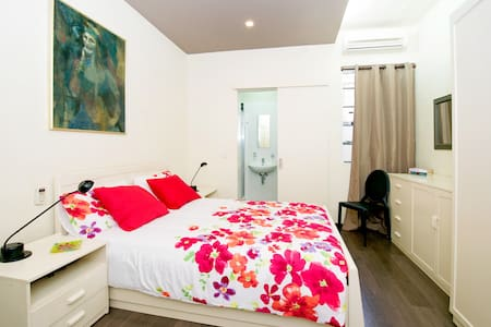 Ensuite bedroom in luxury apartment - St Julians - Saint Julian's - Apartamento