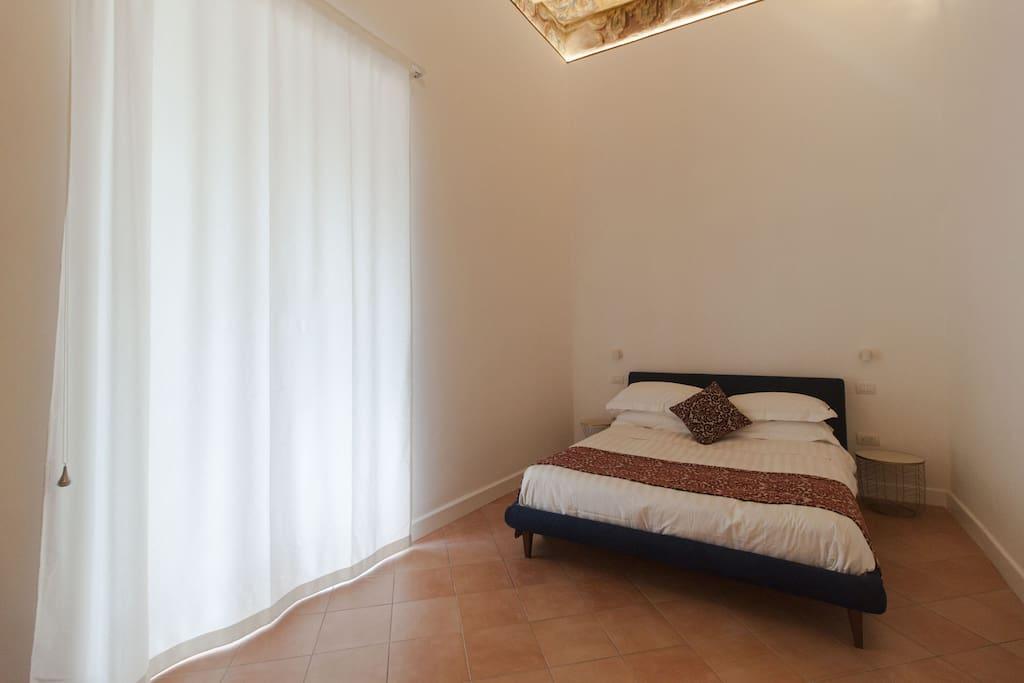 Eleonora Suites La Stanza privata è composta da due ambienti separati.  Camera matrimoniale di 15 mq con balcone e soffitti caratterizzati da travi in legno di castagno ricoperti da antica carta settecentesca napoletana. Salotto con balcone  e divano letto francese di 11 mq.