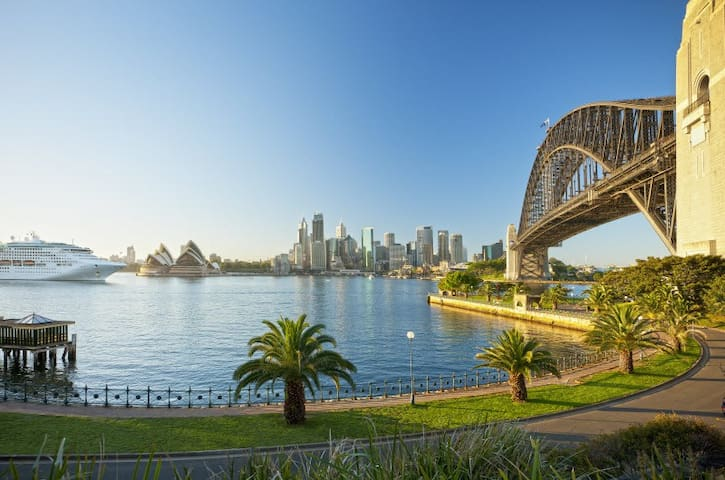 Opportune Kirribilli Studio w/ Patio + Near Bridge