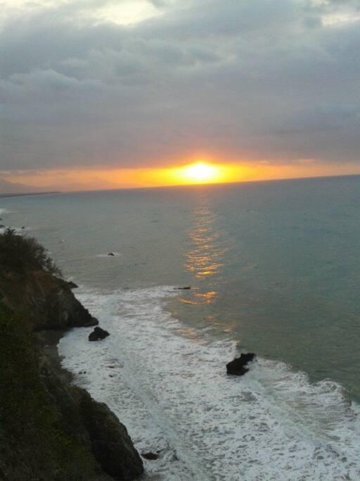 Arrebol desde el acantilado antes de que el sol se sumerja en las entrañas de la mar.