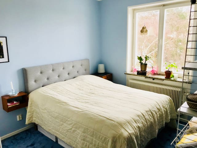 Bedroom 1, with queen size bed (160X200 cm). Windows towards the quiet back garden.
