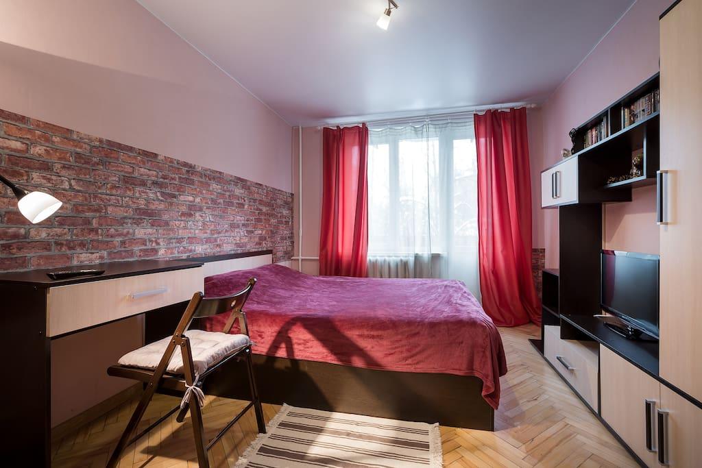 Широкая 2-спальная кровать рядом с балконом.