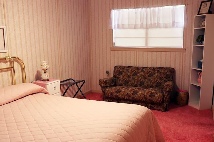 Bedroom 3 w/ King bed
