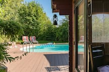 Swimmingpool mit Saunahaus