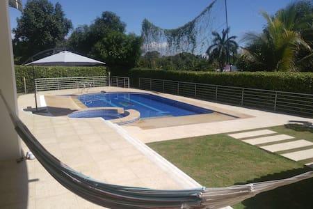 Fantastica casa con piscina privada, en condominio - Melgar - Casa