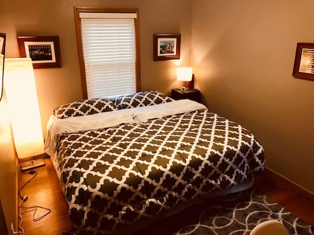 "KING 3"" gel memory foam mattress topper w/ comfortable sheets"