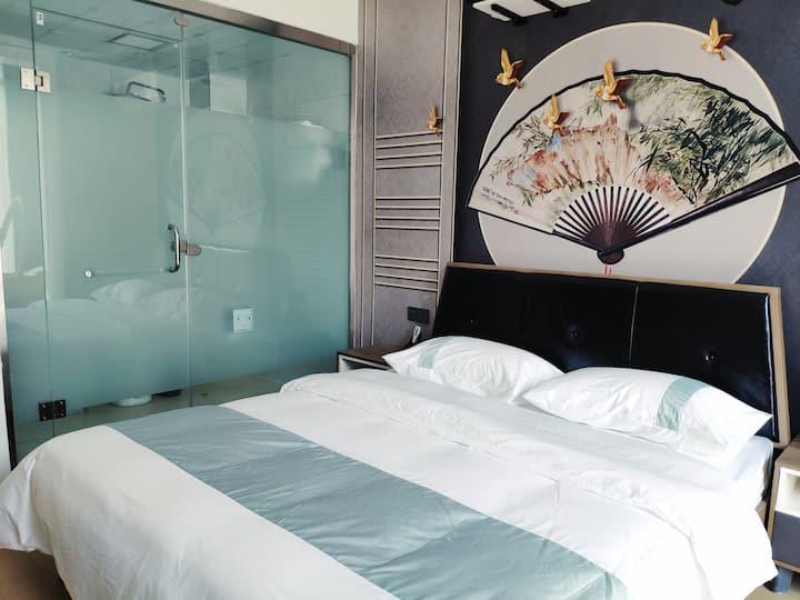 商植民宿|豪华阳光大床房B|古城、日月湖、万达广场近在咫尺,20平超大露天阳台,尽情享受阳光浴。