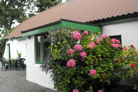Chestnut Cottage, Near the River Shannon Ireland