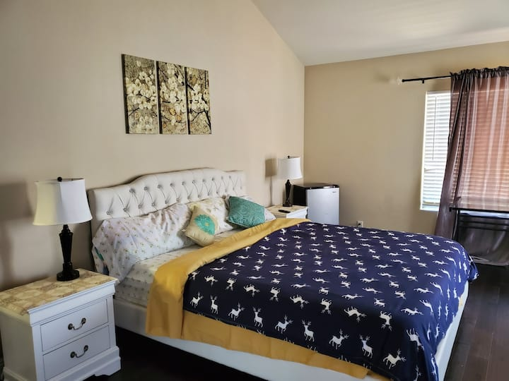 1 Master Bedroom Cali King en suite bathroom