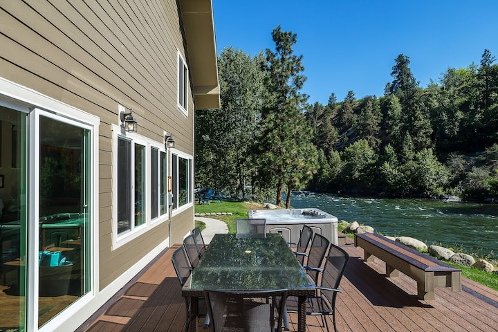 Relax riverside in Leavenworth! Hot Tub, WiFi, Fido OK and more!- Leavenworth River Haus-4 Bedroom, 4 Bathroom