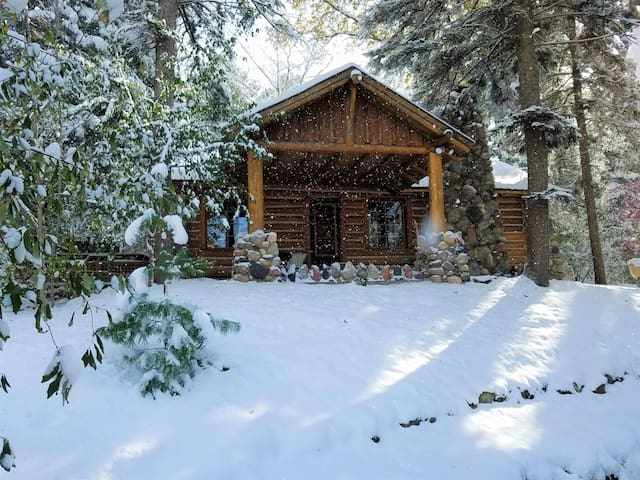 UpNorth Chalet ★ Cozy Fireplace ★ Private Hot Tub!