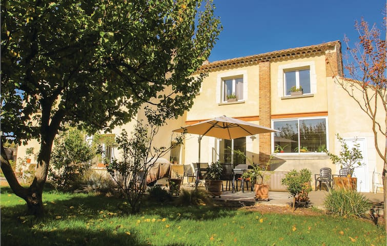 Holiday cottage with 5 bedrooms on 210 m² in Bollène