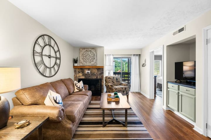 Newly refreshed condo has gorgeous decor and killer location!