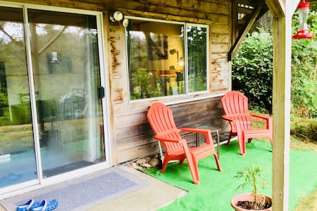 Lake View Haven  Enjoy the lake view from your sunny getaway. Private and spacious living space that is just steps away from  Cusheon Lake beach. A 10 minute drive to Ganges. As you explore the Island treat yourself to a comfortable retreat.