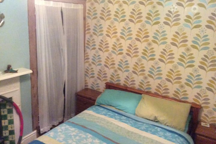 Bright double bedroom with own b/room near Station