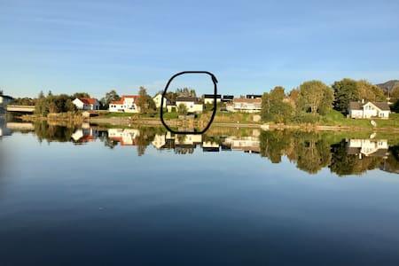 Hus ved vannet med bade- og fiskemuligheter