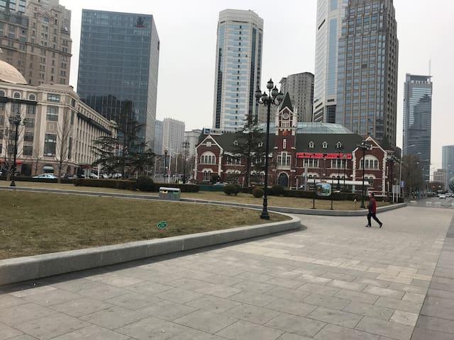 紧邻中山广场实景