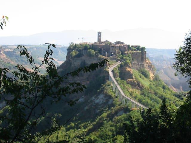On the road to Civita di Bagnoregio - Vetriolo - House