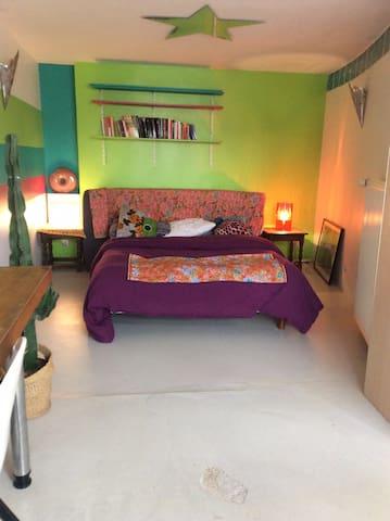 Grande chambre calme et lumineuse