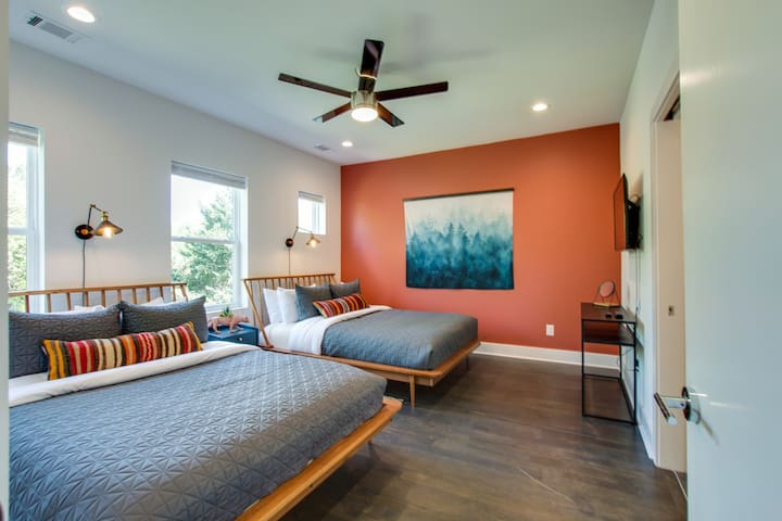 Bedroom Suite 1 (with Full Bath) 2 Queen Beds★ Welcome to the Bohemian Boutique Nashville! ★ 3 Master Suites ★ 3.5 Bathrooms ★ Full Rooftop Deck ★ Walking Distance to 5 points East Nashville!