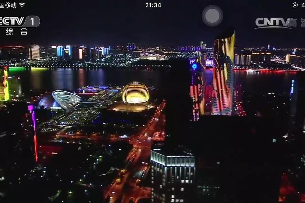 这次举世瞩目的G20峰会,让世界看到了杭州的美,西湖的美,钱江新城的美。我们的小屋离钱江新城很近,地铁两站路直达。美丽的钱塘江,绚丽的灯光,优美动人的音乐喷泉让你一站感受G20峰会的高大上,体验一次杭城的繁华似锦。