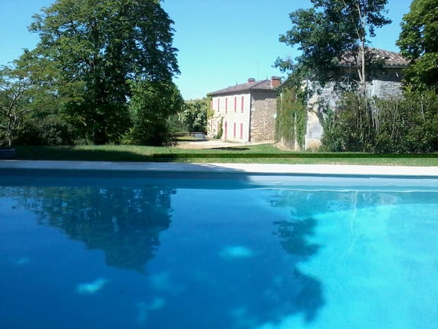 Beautiful Manor with stunning views & own pool - Saint-Martin-de-Lerm - Casa