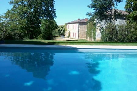 Beautiful Manor with stunning views & own pool - Saint-Martin-de-Lerm - Dům
