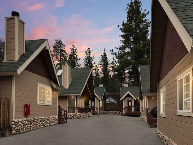 Modern cabin next to the Village - Golden Bear