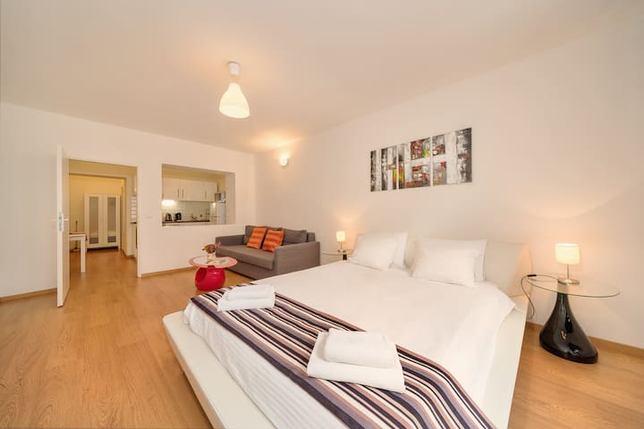 Bright, Stylish Superior Apartment with 5⭐ King Koil Luxury bed & Netflix ⭐⭐⭐