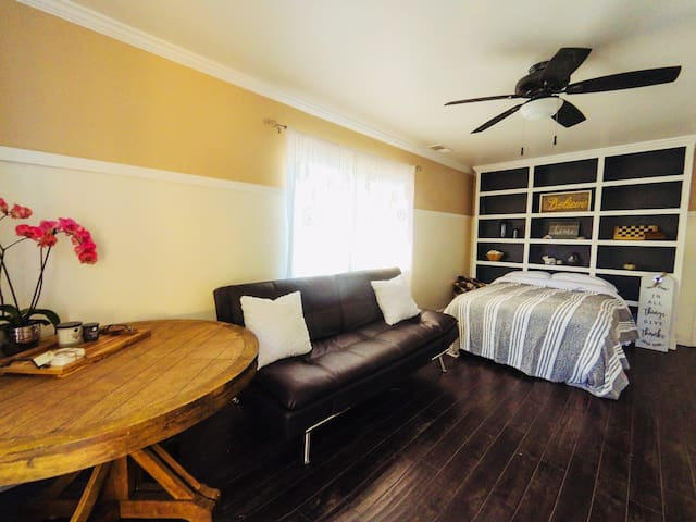 Clean & Comfortable Bachelor - 35 min to SF!