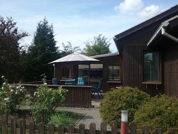 Ferienhaus mit Terasse ,Wintergarten und Parkplatz