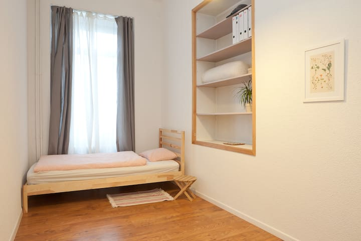 Clean single room in spacious APT @ Murgenthal SBB - Murgenthal - Apartmen