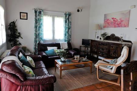 Casa tranquila con jardin en zona muy interesante - Ayegui - Huis