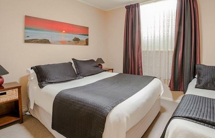 Comfy queen & single bed in the bedroom