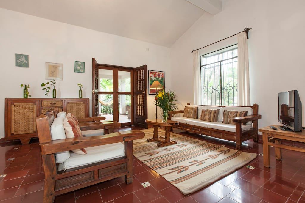 Spacious living room. / Sala espaciosa.
