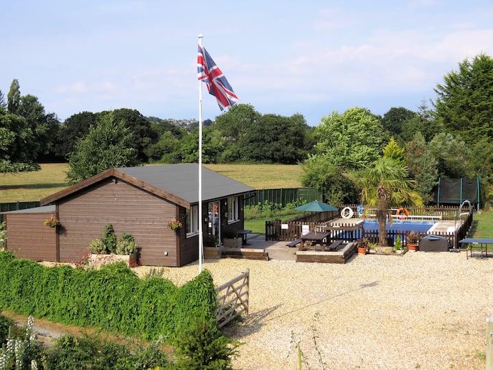 Autumn Getaway - Luxury cabin in 2 acres of garden